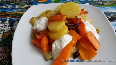 Gemüse, Zwiebeln, Knoblauch, Chili und Creme fraiche/Joghurt Dressing oder alternativ eine vegane Creme