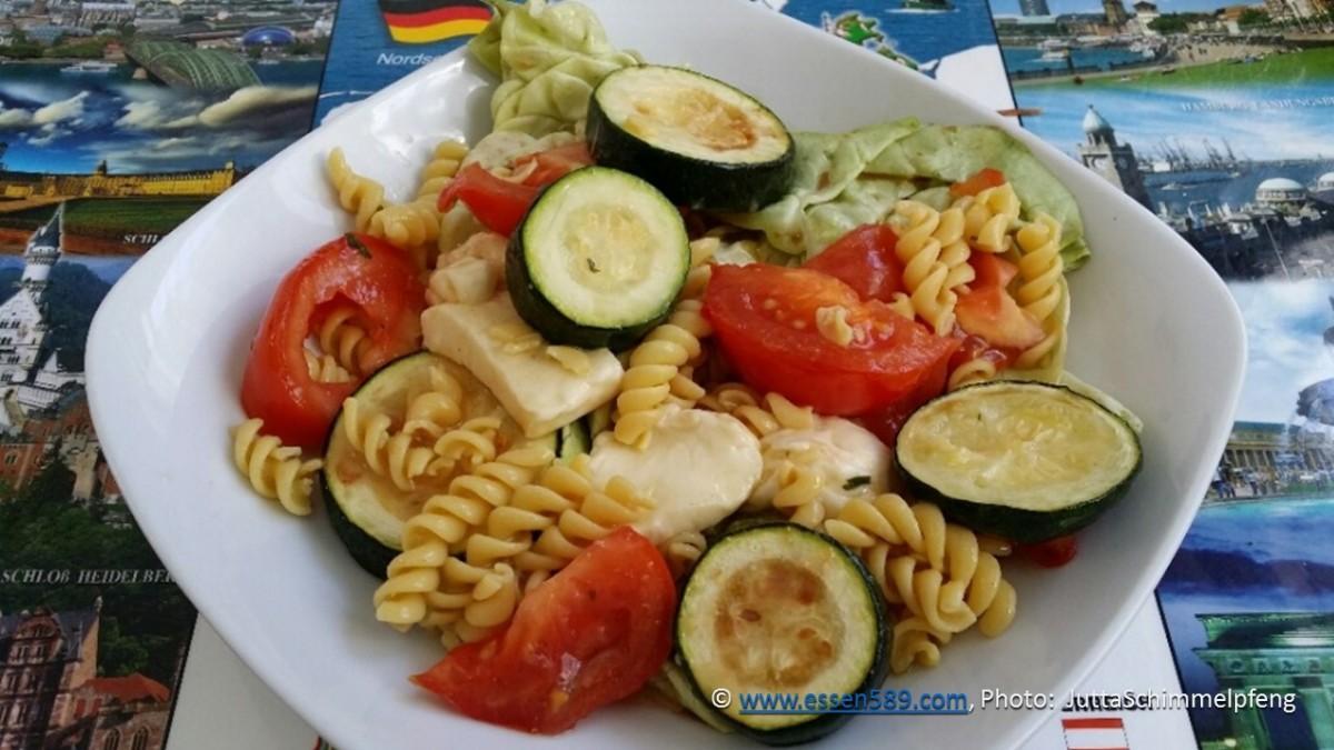 Schnelle Küche: Warm-kalter Nudelsalat mit Zucchini und Tomaten