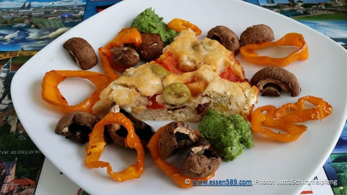 Pizzabrot mit Gemüse und Feldsalat-Knoblauch-Pesto