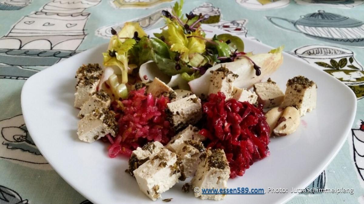 Rohkostsalat mit Roter Beete, Birne, Chicorée, Roten Rettichsprossen, Kräuter-Feto und mehr